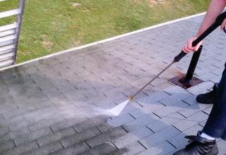 Quelques pistes pour un démoussage de toiture réussi